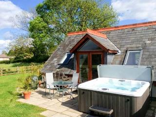 THE LOFT, wet room, lawned garden and patio, hot tub, WiFi, Ref 913050 - Shropshire vacation rentals