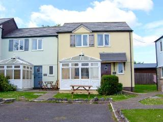 OWLS COTTAGE, WiFi, lawned area with furniture, on-site facilities, Ref 913395, St. Florence