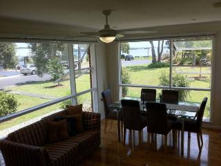Pet friendly accomodation by the lake. - Culburra Beach vacation rentals
