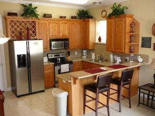 Fun AFFORDable 1st fl cndo prvt pool/parkng, South Padre Island