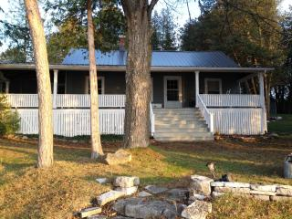 Century Lakefront Cottage-Perfect for large family, Rama