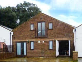 PORT SIDE, coastal apartment, all ground floor, studio accommodation in Yarmouth, Ref 906577