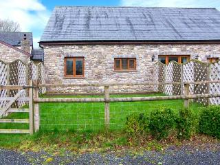 RIVERSIDE BARN, stylish cottage with garden, paddock, games room, close walking, Gilwern Ref 905876