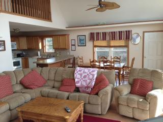 POCONOS LIVIN' -Huge Chalet ,Awesome Steam Shower,Sauna,Jacuzzi,WIFI,Pool Table, Albrightsville