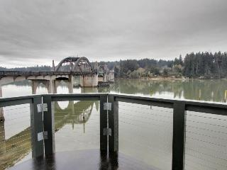 Gorgeous rental with river views and large private deck!, Florence