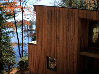 Beautiful lakefront chalet  *** wifi + Smart HDTV***, Sainte-Marcelline-de-Kildare