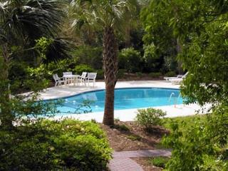Attractive Updated 2 BR/2BA Villa Overlooks the Bright Sunny Pool, Hilton Head