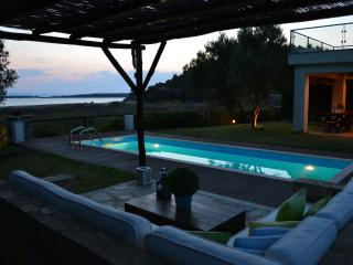 AZAPIKO VILLA BEACHFRONT LUXURY HOUSE, Neos Marmaras