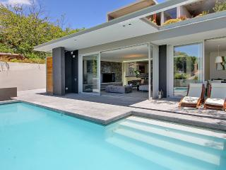 BLINKWATER VILLA, spacious luxury close to beach, Camps Bay