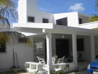 White house 2 minutes from the beach!, Chicxulub