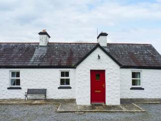 BANADA COTTAGE, open fire, WiFi, pet-friendly, en-suite, all ground floor cottage near Tubbercurry, Ref. 912669, Aclare