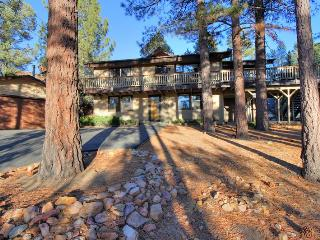 Whispering Bear Lodge- Pool! Foosball! Spa! Views!, Big Bear City