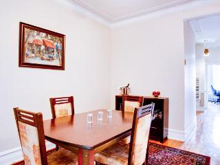 Charming 3BR Flat with Vintage Vibe, Montreal