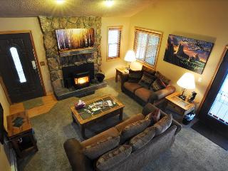 SILVERHEELS: 3 Bed/2 Bath Close to all Summit County Ski Areas, Private Hot Tub, Heated Garage, W/D, Silverthorne