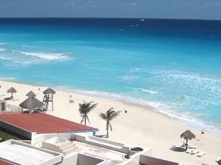 HOTEL ZONE CORNER PENTHOUSE FOR 6 with ROOFTOP, Cancun