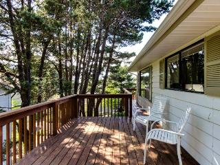 Oceanview home with private hot tub, space for 8, Cannon Beach