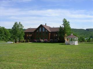 Magnificent Log Home overlooking Beltzville Lake and State Park, Lehighton