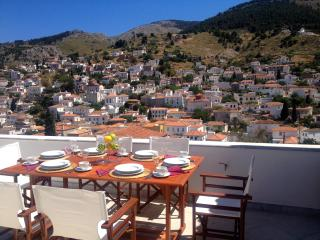 4 br & apt. Luxurious family Villa, great views, Hydra-Stad