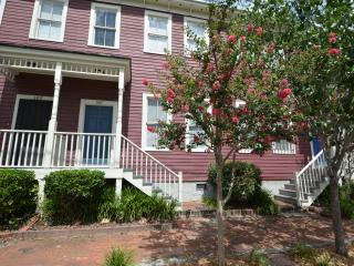 Blair Street Retreat 2 bd 2.5 b Savannah Townhome