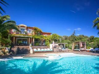 Dolce Vita offers sea views, heated infinity pool with jetted tub, playground & close to beach, Ramatuelle