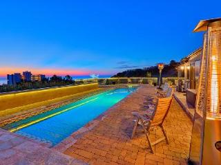 Costebelle villa minutes from downtown with Saltwater lap pool & Hot tub, La Jolla