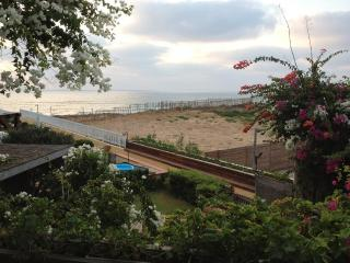 4 BR Sea And Sun Private Cottage - front line to the beach, Gedera