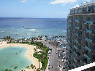 Deluxe 2-Bedroom Waikiki Condo..steps to the Sand!, Honolulu