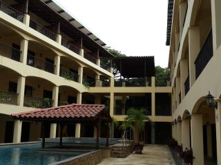 Agua de Lechuga Condos - only 400m from the beach! 2BD Loft, Playas del Coco