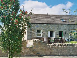 BARNBROOK, family friendly, character holiday cottage, with a garden in Carperby Near Leyburn, Ref 567