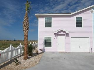 This four bedroom sleeps 12 and is a five minute walk to the beach!, Port Aransas