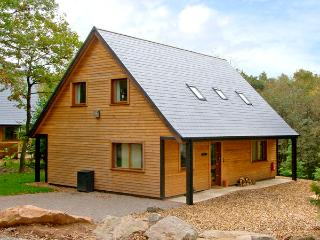 FARLEY, detached woodland lodge near Alton Towers, en-suites, woodburner Ref 2431, Oakamoor