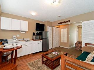 Charming Condo with Full Kitchen Close Walk to Beaches and Attractions, Honolulu