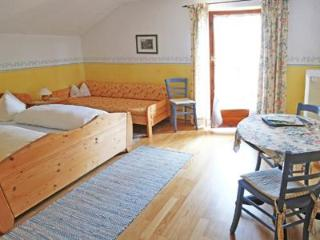 Guest Room in Höslwang - 280 sqft, large backyard/farm, children welcome (# 2180), Hoslwang