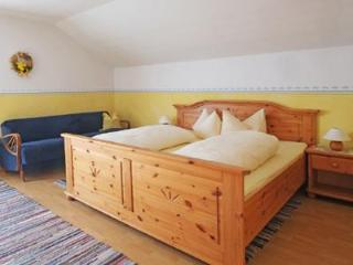 Guest Room in Höslwang - 237 sqft, large backyard/farm, children welcome (# 2178), Hoslwang