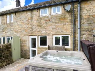 RED ROSE COTTAGE, patio with hot tub, WiFi, zip/link bed, Ref 912594, Hebden Bridge