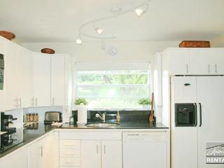 Beautiful modern condo in perfect location walk to beach and shopping. 60 day minimum, Naples