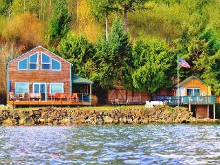 Giggle Fish Beachfront Cabin + Guest Boathouse (fully-fenced) + 2 Kayaks, Hoodsport