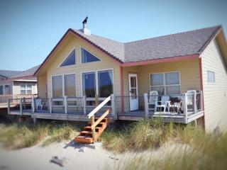 Ocean Front Sits Right on a Sandy Beach!, Waldport