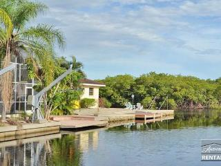 Gorgeous waterfront pool home sleeps up to 14, Naples