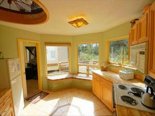 Bright, pet-friendly retreat close to the beach!, Manzanita