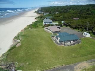 Oceanfront beach home with hot tub and stunning ocean views!, Yachats