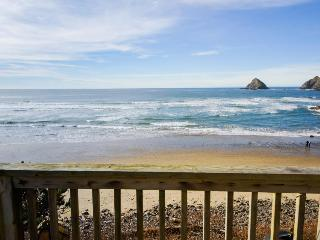 Oceanfront, gorgeous water views, jetted tub!, Oceanside