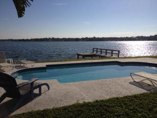 Charming WATERFRONT HOUSE + PRIVATE POOL nr Beach, Indian Rocks Beach