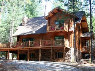 Unique, Secluded, 5-Star, Luxury Log Cabin Retreat, Volcano
