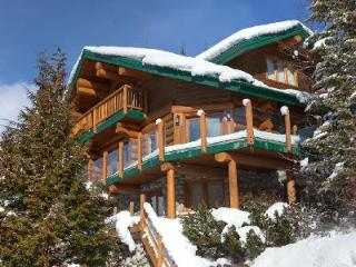 Sublime Mountain view Snow Ridge Estate with Ski-in/Ski-out & tranquil jetted tub, Whistler