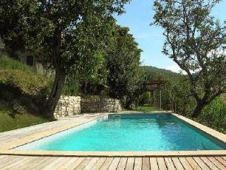 Glorious Villa Beatrice offers a fireplace, swimming pool and alfresco dining, Todi