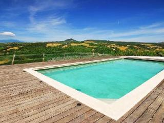 Breathtaking Villa Faggeto offers a private lake, thermal pool and tennis court, Montalcino