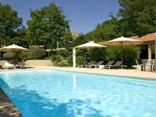 Contemporary Villa Les Cigales in Pine Forest with Lovely Garden, Heated Pool & Outdoor Living Area, Avignone