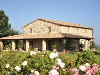 Casa Bassa within a gated estate with pool, ensuite bedrooms, outdoor stone barbecue and pizza oven, Orvieto