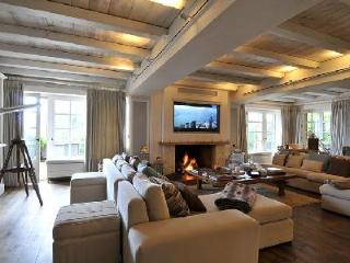 Luxury ski Chalet de Glisse offers jetted tub, terrace and maid service, Megève